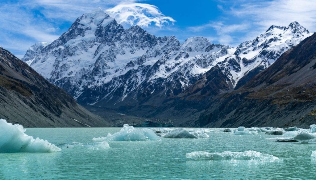 Paisaje montañoso e icebergs en Nueva Zelanda