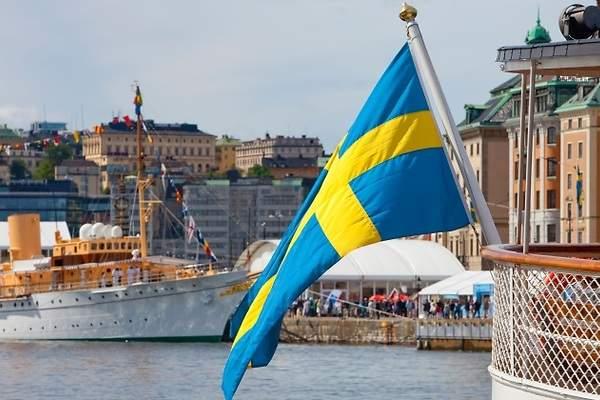 Bandera sueca ondeando en el puerto de Gotemburgo